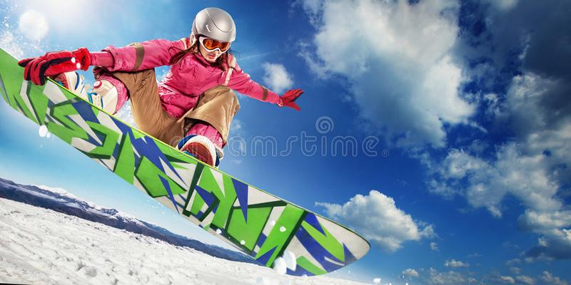 Vrouw snowboarder in lucht stock foto's