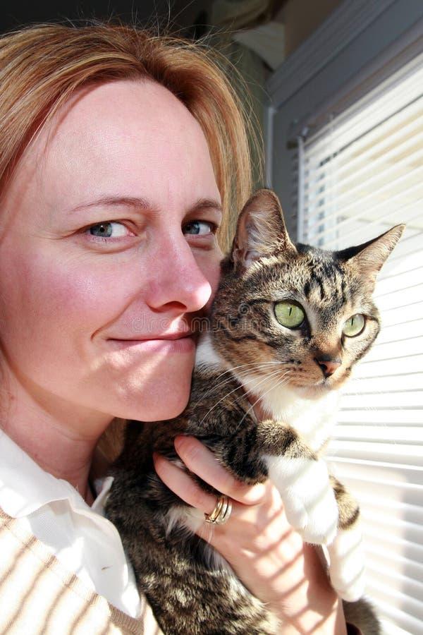 Vrouw Snuggling met de Kat van de Pot stock fotografie