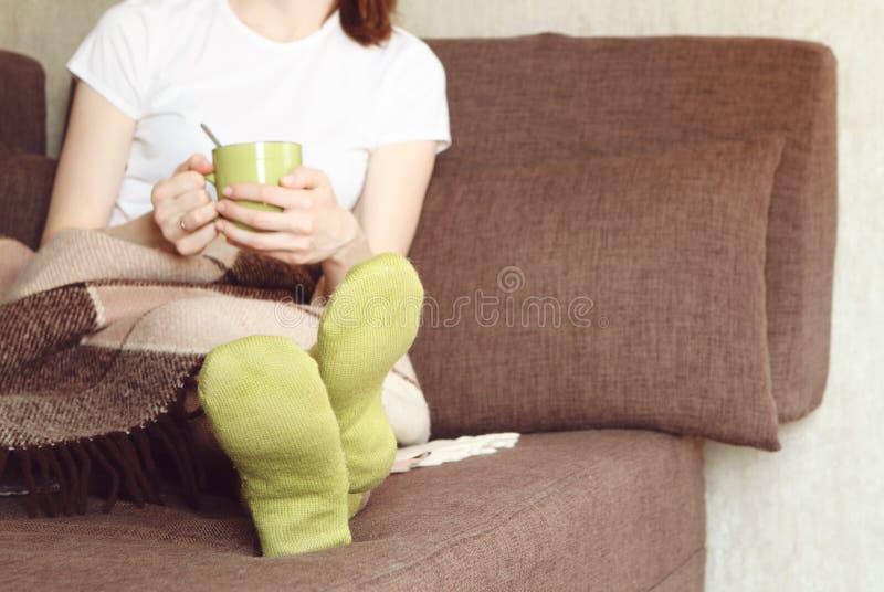 Vrouw Sofa Bed met Lezenaarplaid stock afbeeldingen