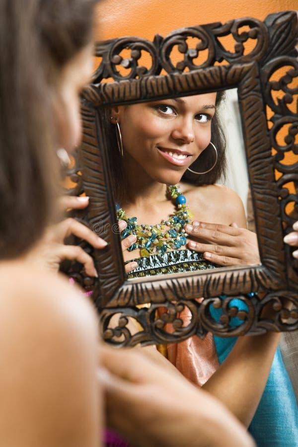 Vrouw in spiegel. stock foto's