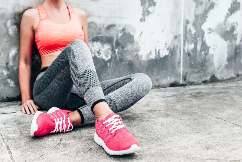 Vrouw in sporten kleding en schoenen stock fotografie