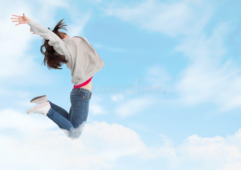 Vrouw springen extatisch in bewolkte hemel stock afbeelding