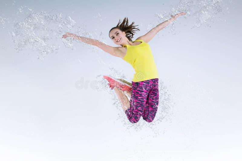 Vrouw in sprong Bevroren motie stock afbeeldingen