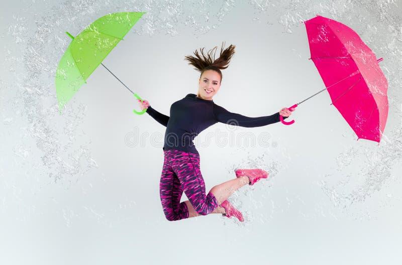 Vrouw in sprong met een paraplu stock foto