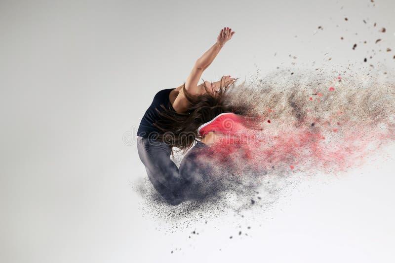 Vrouw in sprong in studio stock afbeelding