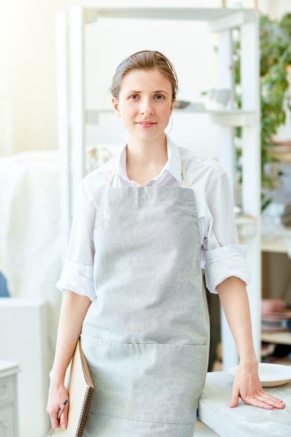 Vrouw in studio stock afbeelding