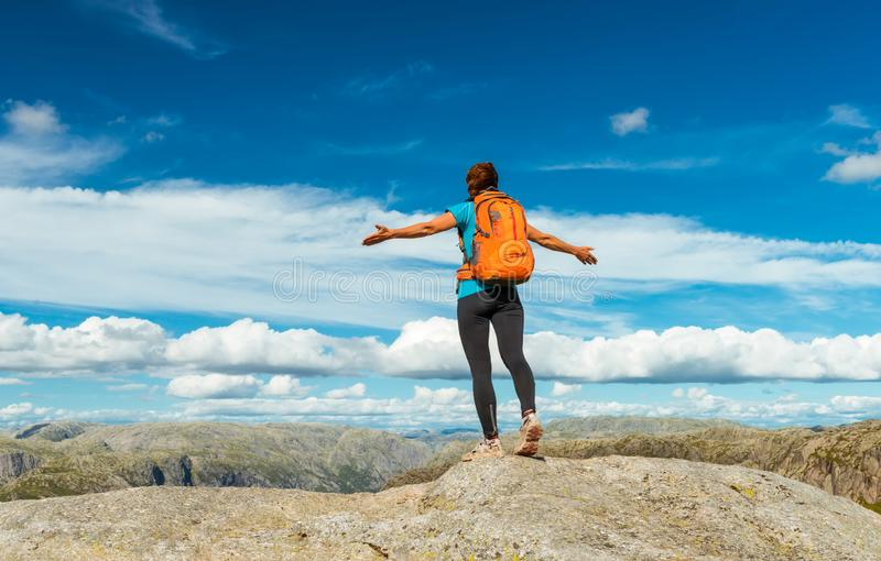 Vrouw succesvol wandelingssilhouet in bergen, motivatie en inspiratie in zonsondergang stock afbeeldingen