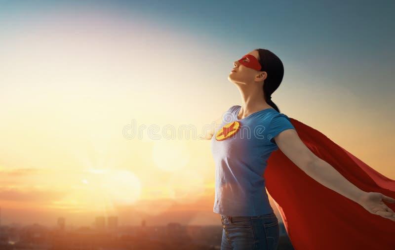 Vrouw in superherokostuum stock foto