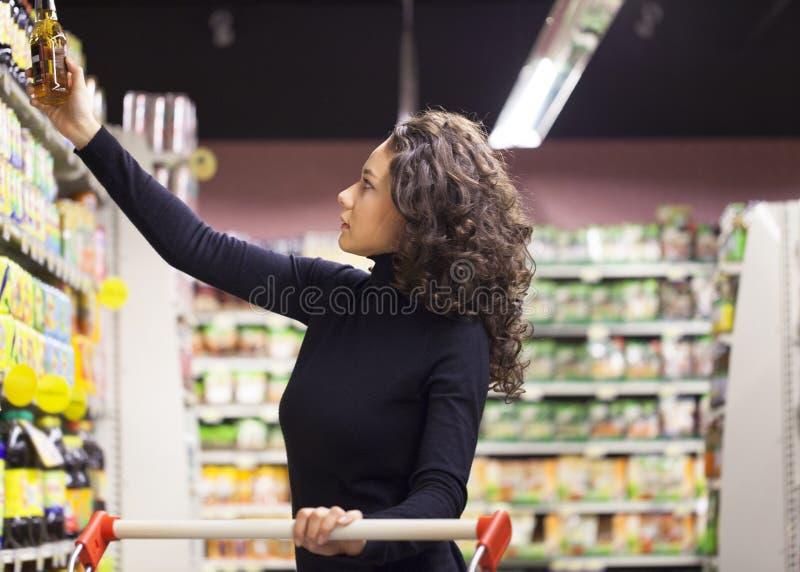 Vrouw in supermarkt royalty-vrije stock fotografie