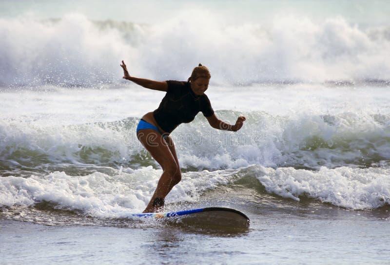 Vrouw - surfer in oceaan stock foto's