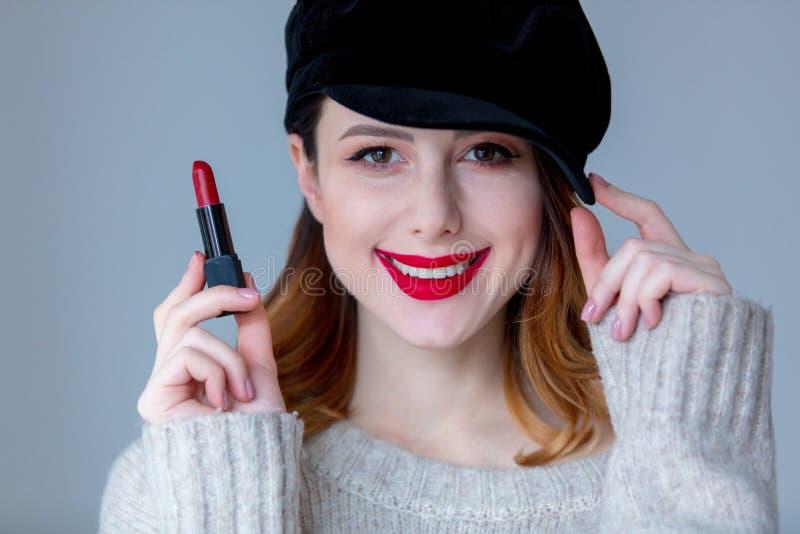 Vrouw in sweater en hoed met lippenstift royalty-vrije stock fotografie