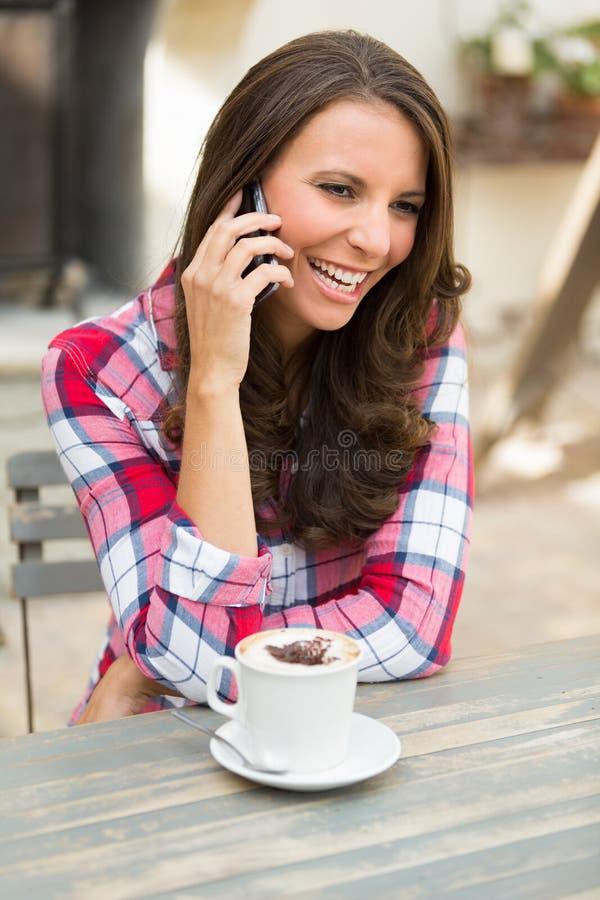 Vrouw Talkin op Telefoon stock afbeelding