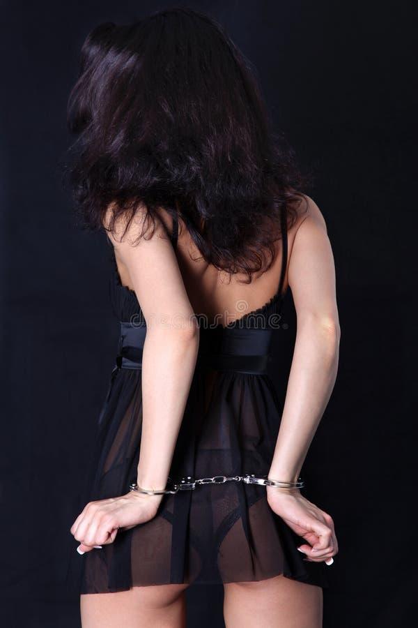 Vrouw terug met handcuff stock foto