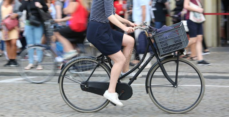 Vrouw terwijl snel pedaal op fiets en de opzettelijke achtergrond royalty-vrije stock foto