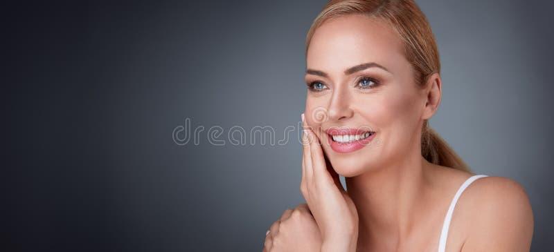 Vrouw tevreden met haar aardschoonheid royalty-vrije stock foto's