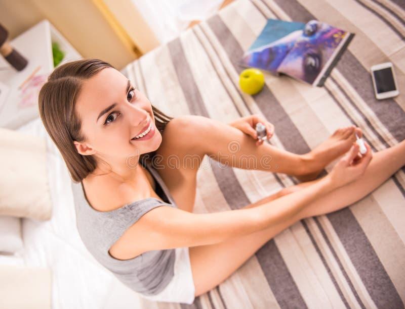 Vrouw thuis stock foto