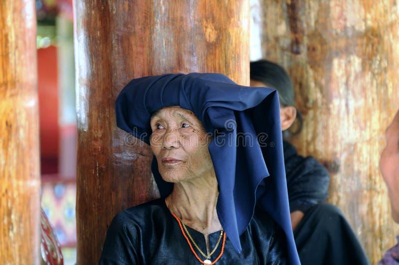 Vrouw tijdens een begrafenis in Tana Toraja royalty-vrije stock afbeelding