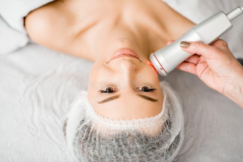 Vrouw tijdens een gezichtsmassage stock fotografie