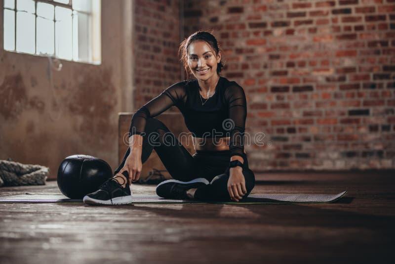 Vrouw tijdens een onderbreking in de gymnastiek royalty-vrije stock afbeeldingen