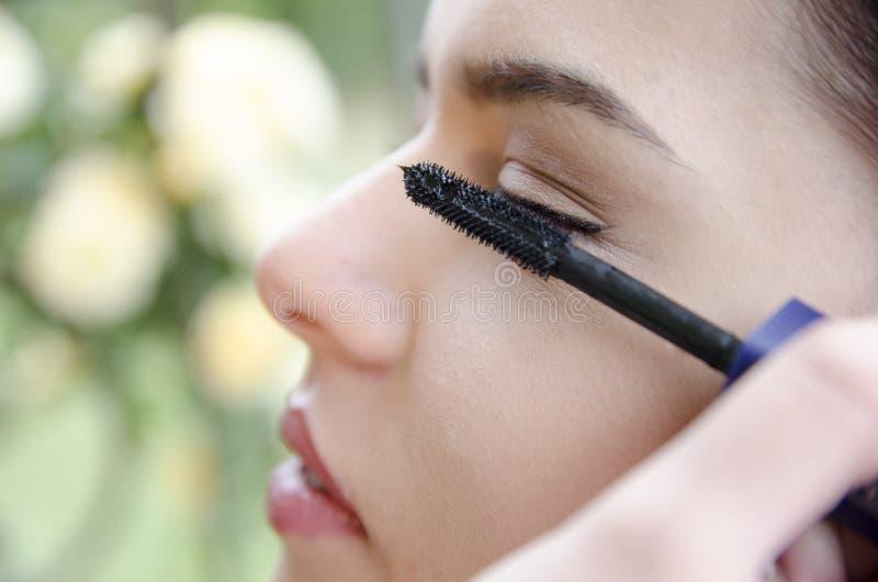 Vrouw toegepaste eyeliner door make-upkunstenaar royalty-vrije stock foto