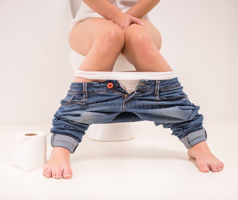 Vrouw in toilet stock afbeeldingen