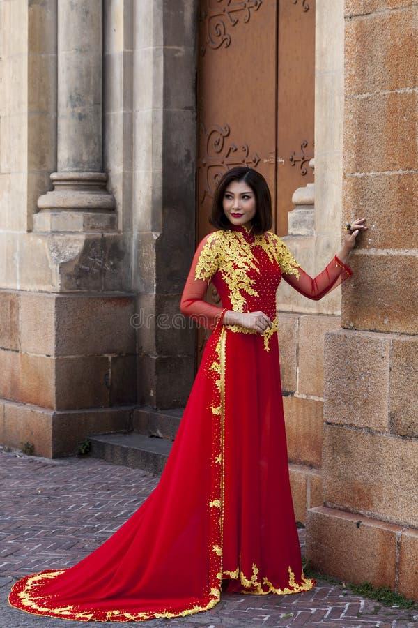 Vrouw in traditioneel Vietnamees kostuum royalty-vrije stock afbeelding