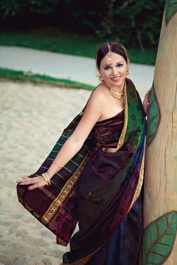 Vrouw in traditionele Indische kleding stock afbeeldingen