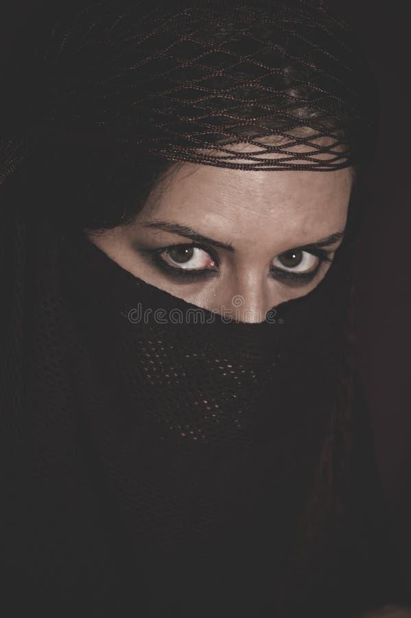 Vrouw in traditionele Islamitische sluier, burka, mooie en diepe loo royalty-vrije stock foto's