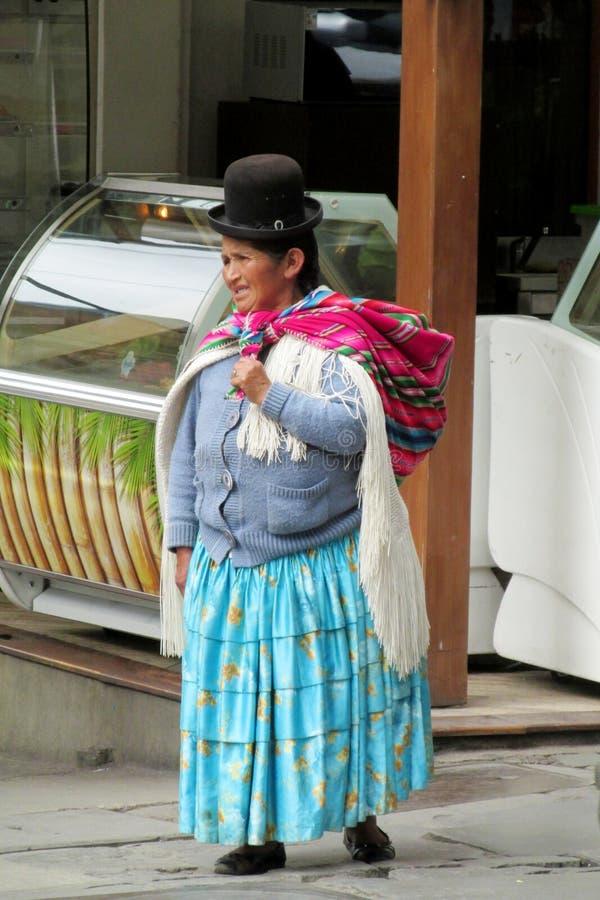 Vrouw in traditionele Quechua kleren stock fotografie