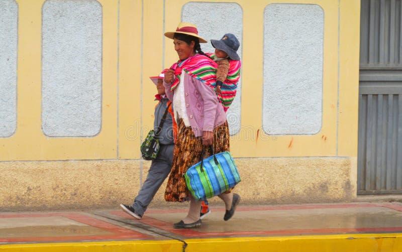 Vrouw in traditionele Quechua kleren met een kind royalty-vrije stock afbeeldingen