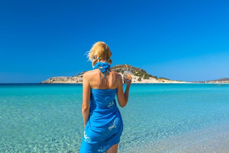 Vrouw in Tropisch Strand royalty-vrije stock afbeelding