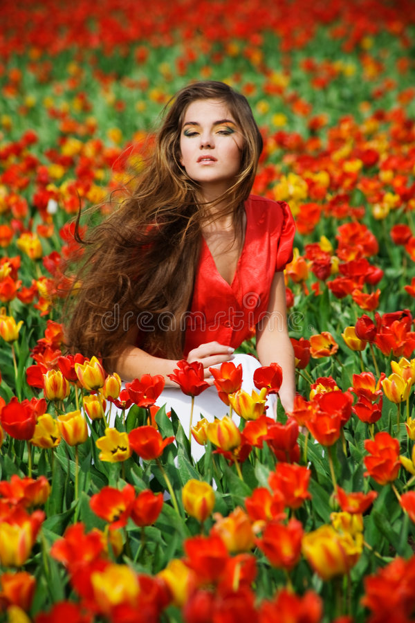 Vrouw in tulpen royalty-vrije stock afbeelding