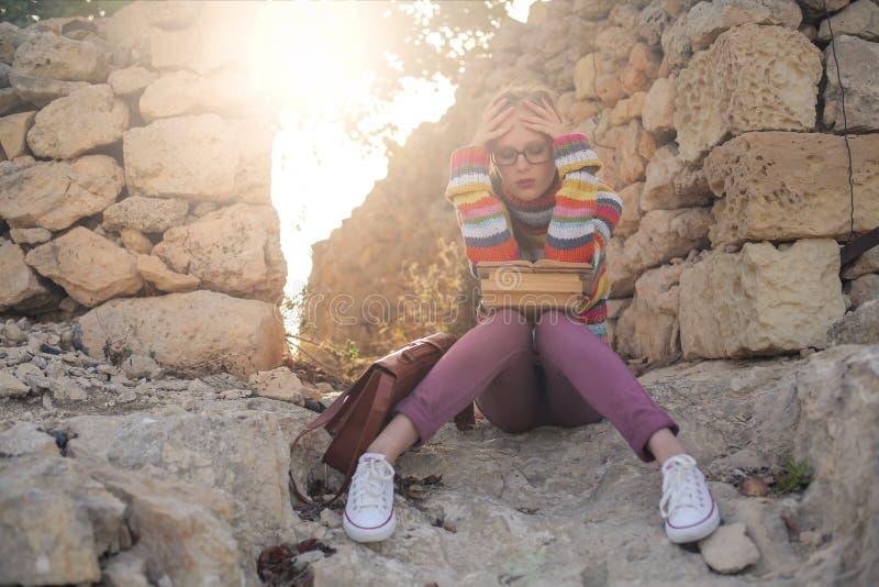 Vrouw tussen de ruïnes stock foto
