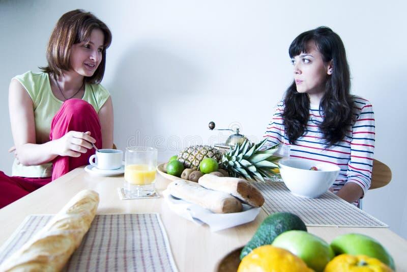 Vrouw twee bij Ontbijt stock afbeelding