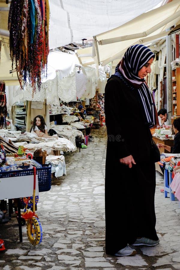 Vrouw in typische markt, Turkije royalty-vrije stock foto