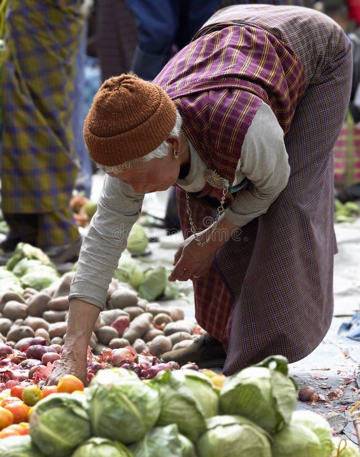 Vrouw uit Bhutan bij Markt Paro - Bhutan stock foto