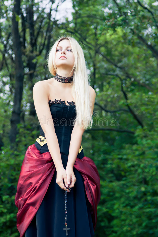 Vrouw in uitstekende kleding stock afbeelding
