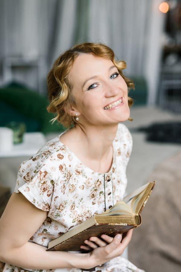 Vrouw in uitstekende kleding met oud boek in haar handen royalty-vrije stock afbeeldingen