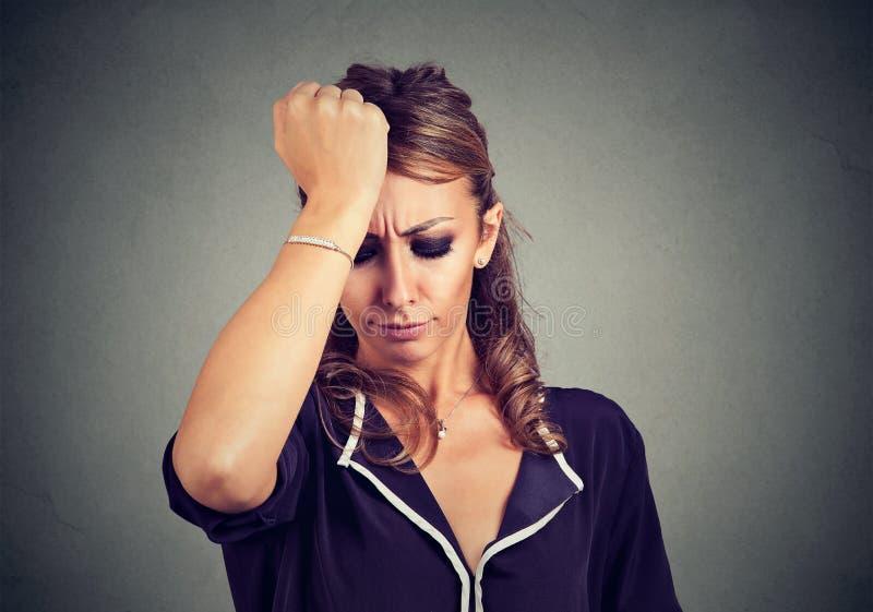 Vrouw unsatisfied met beklemtoond en gefrustreerd zich royalty-vrije stock fotografie