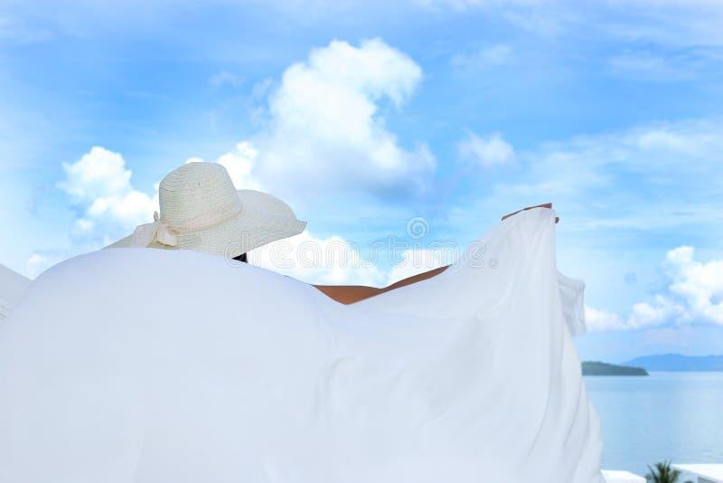 Vrouw van de mengelings de Ras Gelooide Huid in de Grote zonnebril van het Hoeden zwarte Zwempak stock foto