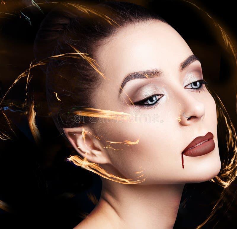 Vrouw van de schoonheids de sexy vampier royalty-vrije stock afbeeldingen