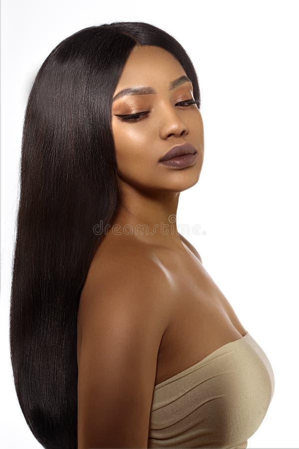 Vrouw van de schoonheids de zwarte huid in kuuroord Afrikaans Etnisch vrouwelijk gezicht Jong Afrikaans Amerikaans model met lang royalty-vrije stock foto