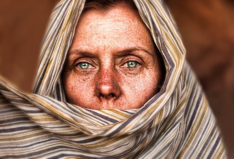 Vrouw van de woestijn stock afbeelding