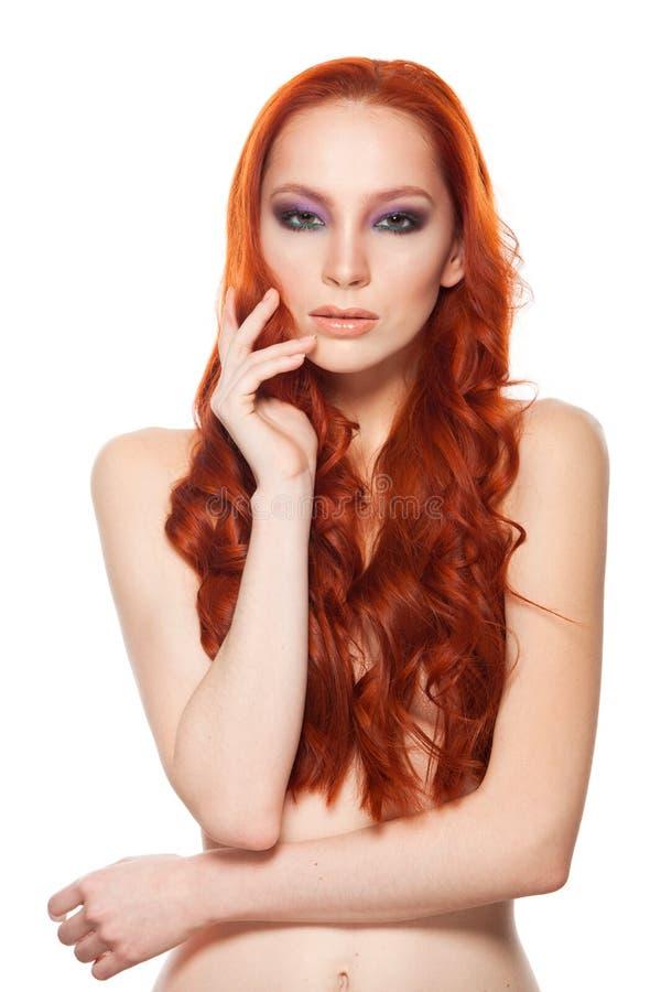 Vrouw van Eerlijke huid met schoonheids lang krullend rood stock afbeelding