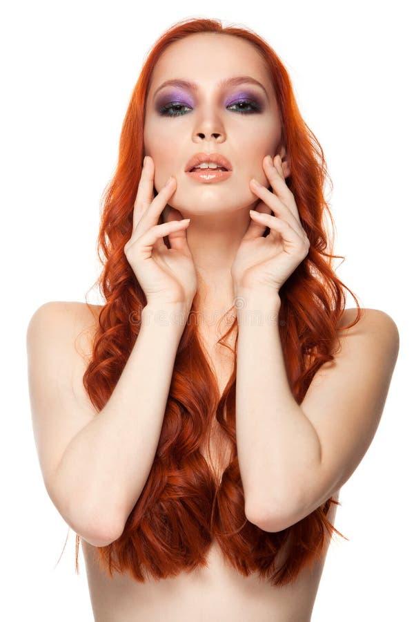Vrouw van Eerlijke huid met schoonheids lang krullend rood royalty-vrije stock fotografie