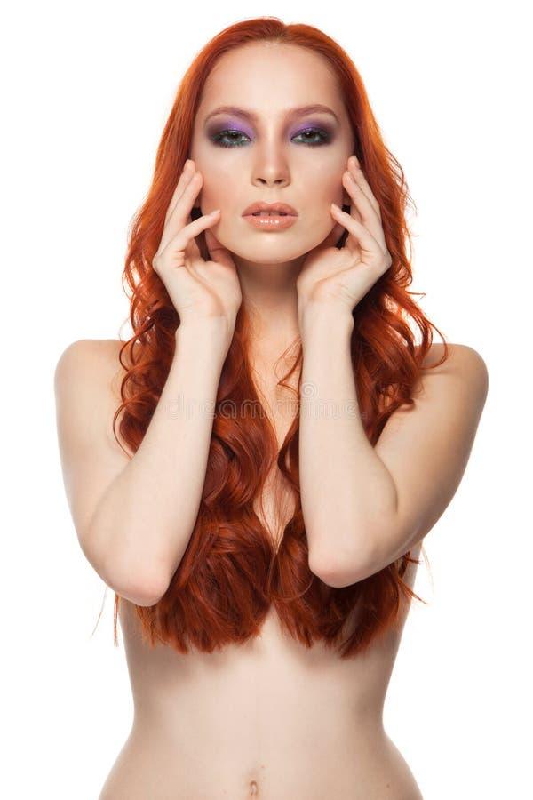 Vrouw van Eerlijke huid met schoonheids lang krullend rood stock fotografie