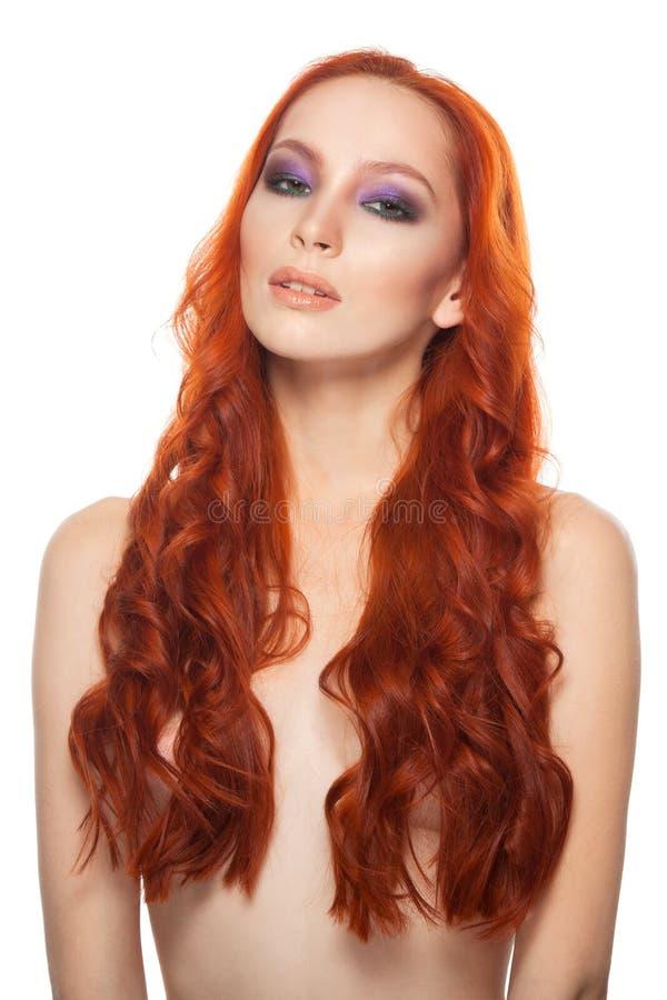 Vrouw van Eerlijke huid met schoonheids lang krullend rood stock afbeeldingen
