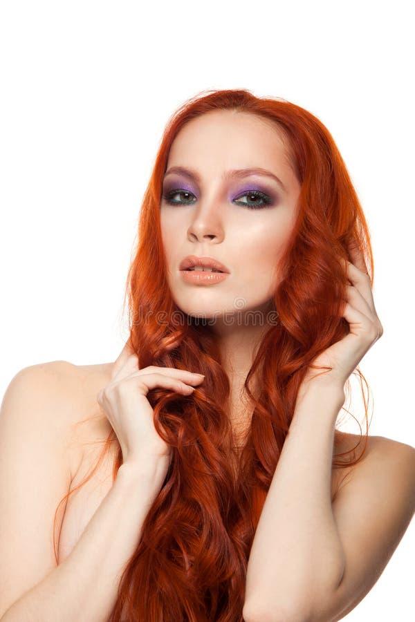 Vrouw van Eerlijke huid met schoonheids lang krullend rood stock foto's