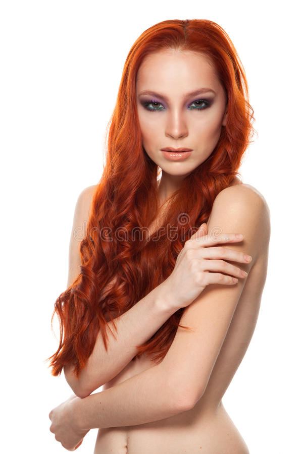 Vrouw van Eerlijke huid met schoonheids lang krullend rood royalty-vrije stock afbeelding