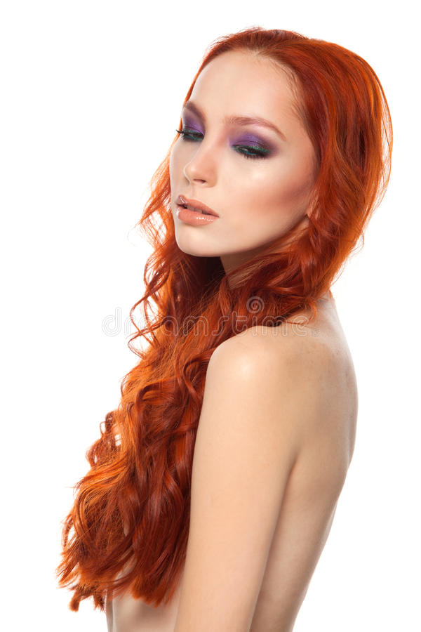 Vrouw van Eerlijke huid met schoonheids lang krullend rood royalty-vrije stock foto's